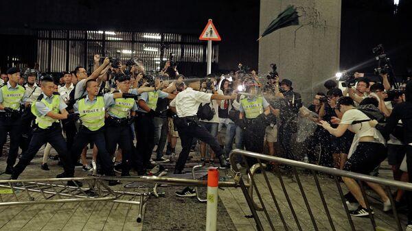 Столкновение демонстрантов с полицией в Гонконге. 10 июня 2019