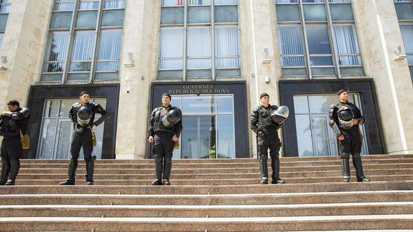 Сотрудники правоохранительных органов у здания Парламента Молдавии в Кишиневе