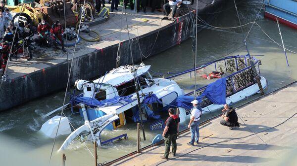 Затонувший прогулочный катер Русалка, на борту которого находились корейские туристы, поднимают из реки Дунай, Будапешт