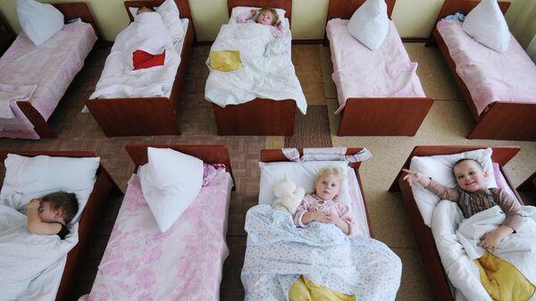 Воспитанники детского сада во время тихого часа