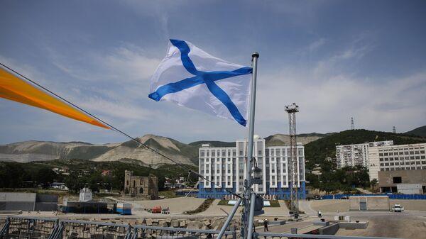 Андреевский флаг над палубой патрульного корабля проекта 22160 Дмитрий Рогачев на Новороссийской военно-морской базе.  11 июня 2019