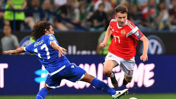 Футболисты сборной Кипра Ренату Маргаса (слева) и сборной России Александр Головин