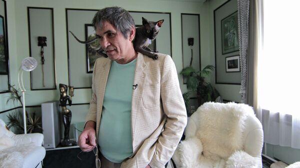 Бари Алибасов в своей квартире