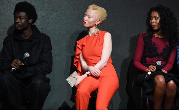 Британская фотомодель Кинг Овусу, южноафриканская модель-альбинос Тандо Хопа и гамбийская правозащитница Джаха Дукурена презентации нового календаря Pirelli 2018 года.
