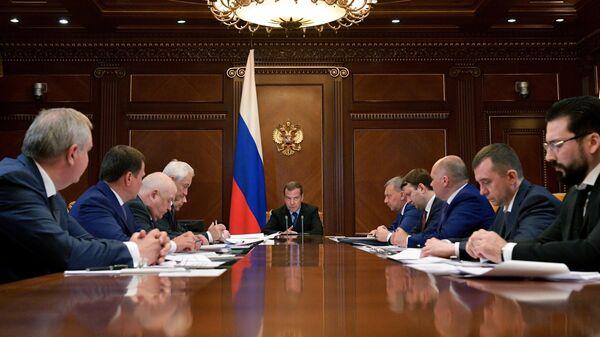 Дмитрий Медведев проводит совещание по вопросу О финансово-экономическом состоянии государственной корпорации Роскосмос и ее подведомственных организаций. 13 июня 2019