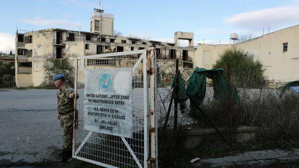 Миротворец у ворот буферной зоны ООН на Кипре