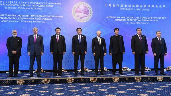 резидент РФ Владимир Путин на церемонии совместного фотографирования глав государств – членов ШОС в Бишкеке
