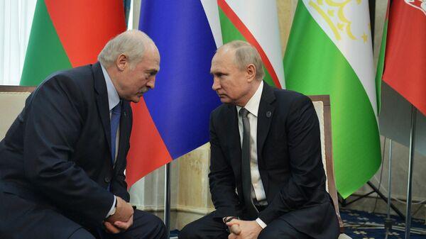 Президент РФ Владимир Путин и президент Белоруссии Александр Лукашенко во время встречи на полях саммита ШОС в Бишкеке