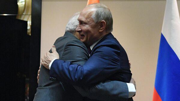 Президент РФ Владимир Путин и премьер-министр Индии Нарендра Моди во время встречи в Бишкеке
