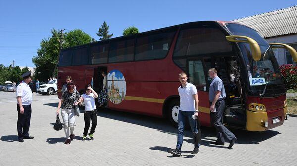 Автобус с жителями ДНР, которые приехали получать российские паспорта в отделение по вопросам миграции отдела МВД России по Ростовской области в селе Покровское. 14 июня 2019