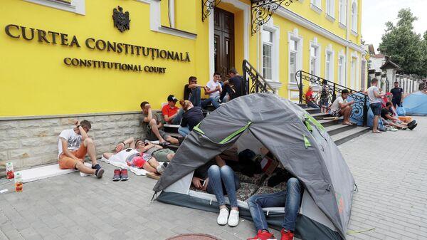 Конституционный Суд Молдавии и палатки сторонников Демократической партии в Кишиневе, Молдова