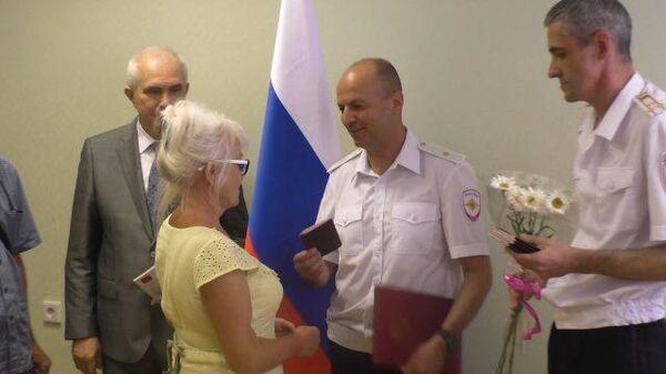 В Ростовскую область за гражданством РФ: жителям Донбасса вручили паспорта