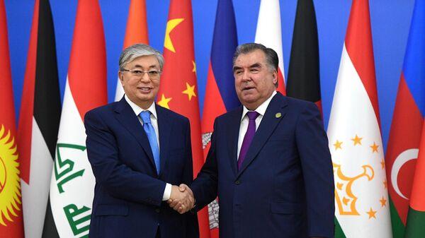 Президент Казахстана Касым-Жомарт Токаев и президент Таджикистана Эмомали Рахмон во время церемонии приветствия глав делегаций государств и международных организаций, принимающих участие в  СВМДА в Душанбе. 15 июня 2019
