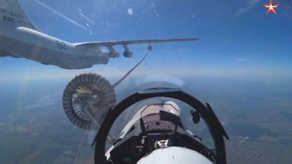 Кадры дозаправки в воздухе истребителей Су-35С и Су-30СМ