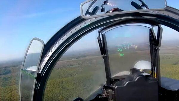 Видео полета истребителей Су-27 и Су-30 на малых высотах