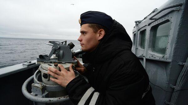 Российский моряк во время совместных российско-японских учений по поиску и спасению на море Сарекс-2019