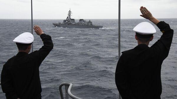 Моряки большого противолодочного корабля (БПК) Адмирал Пантелеев во время совместных учений по поиску и спасению на море Сарекс-2019