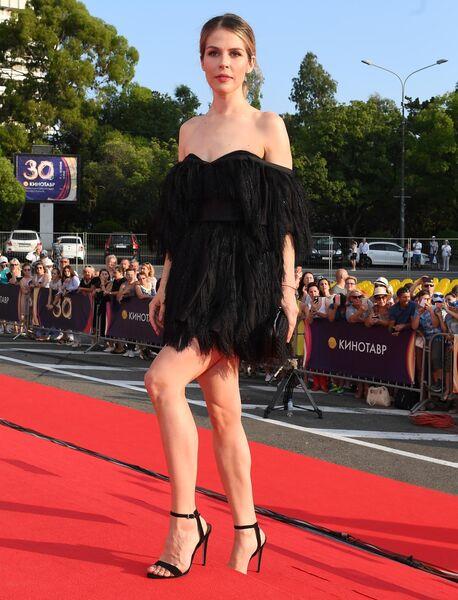 Актриса Мария Зыкова на Звездной дорожке перед церемонией закрытия 30-го Открытого фестиваля российского кино Кинотавр