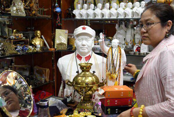 Изделия из янтаря на рынке в городе Хайлар. Китай