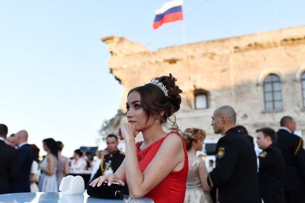 Участница VI Международного Большого Севастопольского Офицерского Бала на площади Михайловской Береговой батареи