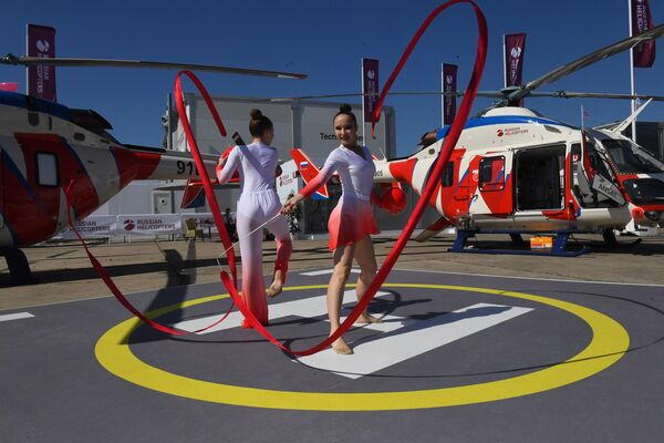 Выступление гимнасток с лентой на международном аэрокосмическом салоне Paris Air Show 2019 во Франции