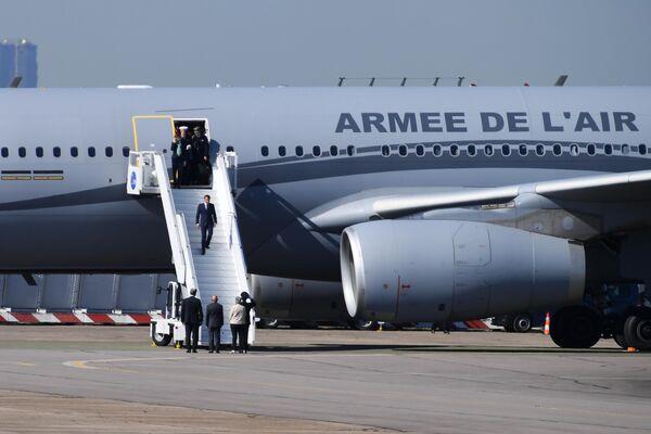Президент Франции Эммануэль Макрон спускается по трапу широкофюзеляжного пассажирского самолёта фирмы Airbus A330 на международном аэрокосмическом салоне Paris Air Show 2019 во Франции