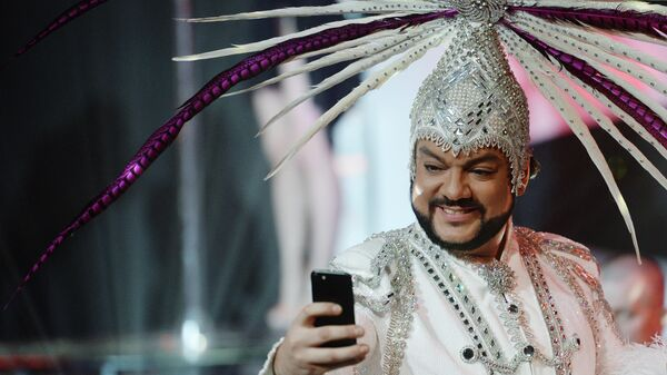 Певец Филипп Киркоров фотографируется на съемках новогодней программы на Первом канале