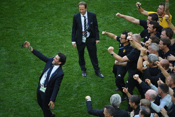 Тренерский штаб сборной Бельгии радуется победе после окончания матча за третье место чемпионата мира по футболу между сборными Бельгии и Англии