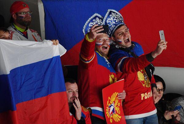 Болельщики сборной России делаю селфи