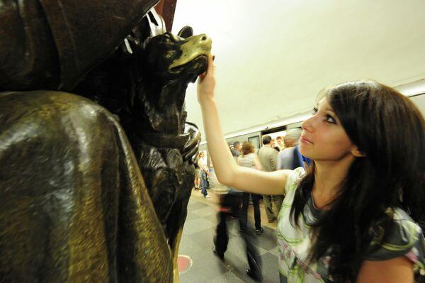 Бронзовая скульптура Разведчик с собакой на станции Площадь революции
