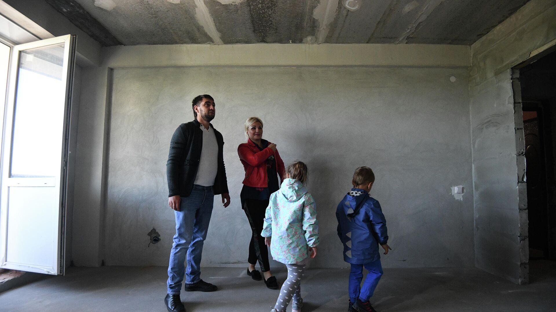 Семья осматривает квартиру нового дома - РИА Новости, 1920, 16.09.2020
