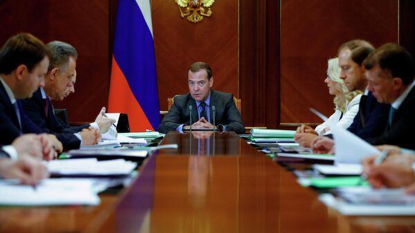 Председатель правительства РФ Дмитрий Медведев проводит совещание о достижении национальных целей развития России в сфере экономики и жилищном секторе