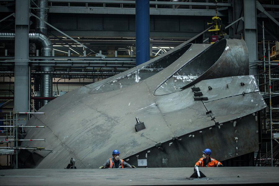 Днище судна снабжения ледового класса в цехе корпусных производств ССК Звезда