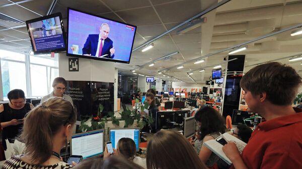 Сотрудники МИА Россия сегодня смотрит трансляцию прямой линии с президентом России Владимиром Путиным