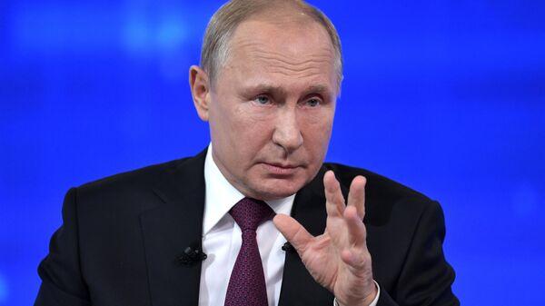 Президент РФ Владимир Путин отвечает на вопросы россиян во время ежегодной специальной программы Прямая линия с Владимиром Путиным