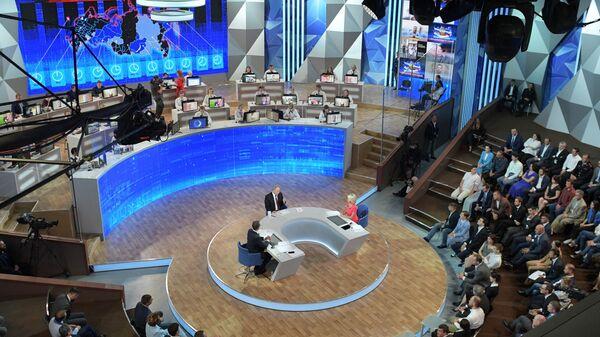 Президент РФ Владимир Путин в студии Гостиного двора во время ежегодной специальной программы Прямая линия с Владимиром Путиным