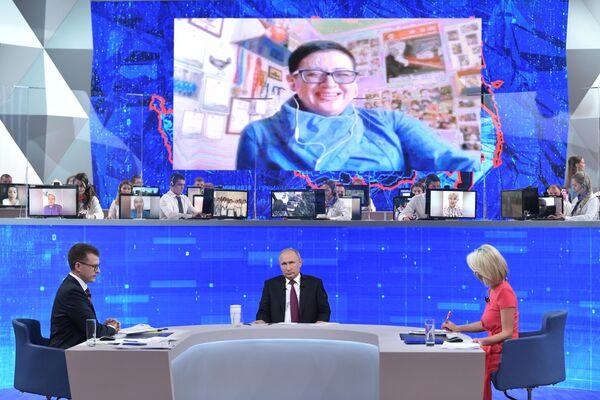 Президент РФ Владимир Путин во время ежегодной специальной программы Прямая линия с Владимиром Путиным