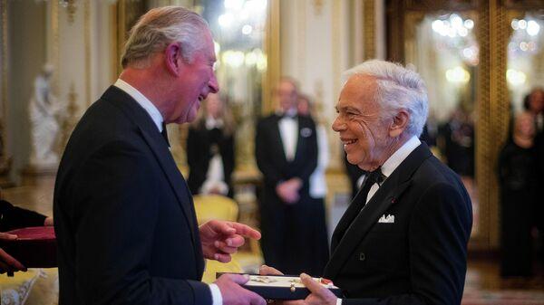 Принц Чарльз вручает орден американскому модельеру Ральфу Лорену