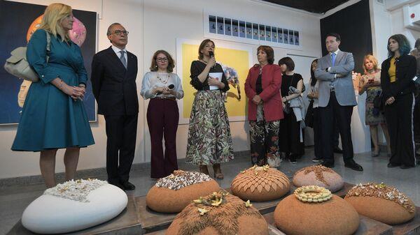 Чрезвычайный и полномочный посол Италии в РФ Паскуале Терраччано (второй слева) во время церемонии открытия выставки Путешествие в искусство в Московском музее современного искусства.