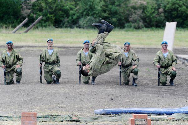 Военнослужащие на сводной тренировке динамического показа боевых возможностей в рамках предстоящего Международного военно-технического форума Армия-2019 в парке Патриот