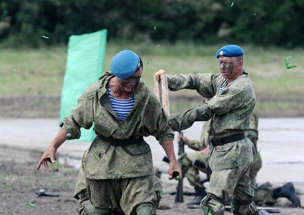 Военнослужащие на сводной тренировке динамического показа боевых возможностей в рамках предстоящего Международного военно-технического форума Армия-2019 в военно-патриотическом парке Патриот
