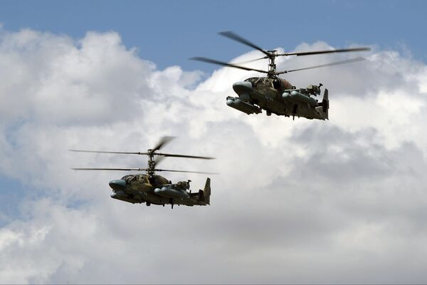 Ударные вертолеты Ка-52 Аллигатор совершают полет на сводной тренировке динамического показа боевых возможностей вооружения и военной техники с авиацией в рамках предстоящего Международного военно-технического форума Армия-2019 в парке Патриот