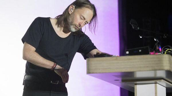 Том Йорк из группы Radiohead во время сольного выступления