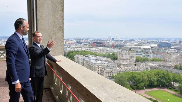 Председатель правительства РФ Дмитрий Медведев и премьер-министр Франции Эдуар Филипп на смотровой площадке в здании мэрии Гавра