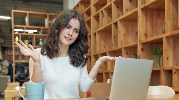 Расстроенная девушка с ноутбуком