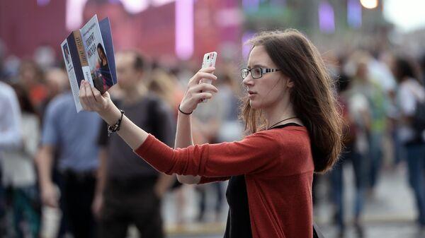Девушка на книжном фестивале Красная площадь в Москве