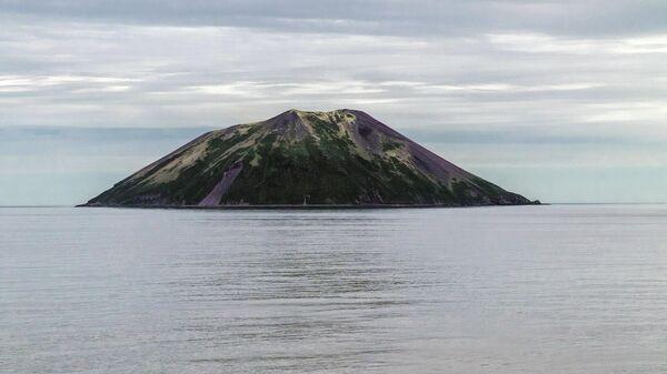 Северный остров средней группы Большой гряды Курильских островов - Райкоке