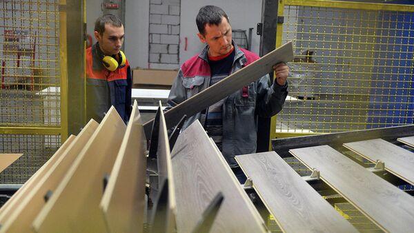 Рабочие в цехе деревообрабатывающего завода