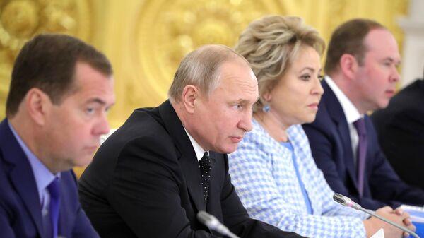 Президент России Владимир Путин и председатель правительства Дмитрий Медведев на заседании в Кремле Государственного совета по вопросу модернизации дорожного движения