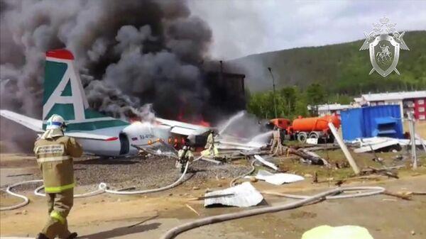 Сотрудники противопожарной службы тушат пожар на месте аварийной посадки самолёта Ан-24 в Нижнеангарске. Стоп-кадр с видео, предоставленного СК РФ
